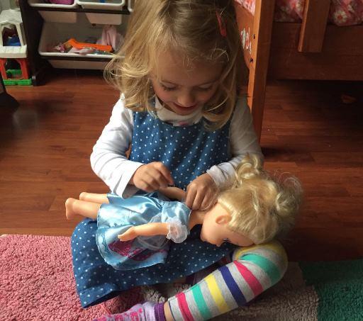 vistiendo muñecas