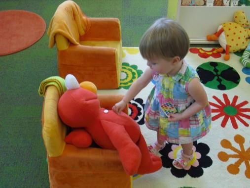 jugando con muñeco